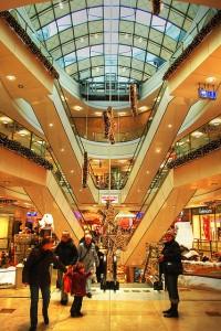 クリスマスで飾られたショッピングモール