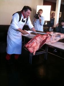 レストランでさばかれる子牛