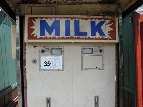 珍しい海外の牛乳自動販売機
